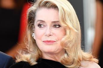 Catherine Deneuve mette all'asta i suoi Yves Saint Laurent
