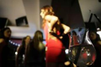 Rissa a bastonate tra ballerine di night club