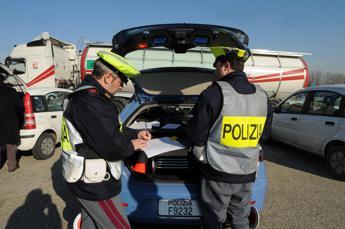 'I soldi o la multa': arrestati 6 poliziotti