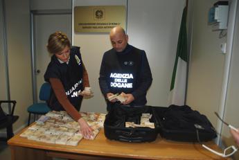 Contanti nei bagagli o in scatole cioccolatini: i soldi scoperti a Fiumicino