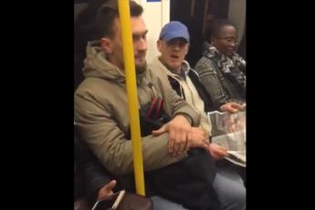 """""""Tornatene nella giungla"""", insulti a italiano su metro Londra"""