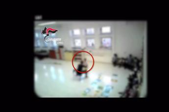 Schiaffi e spinte ai bambini, arrestata maestra