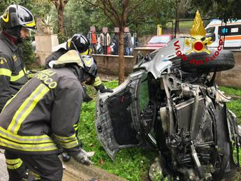 Roma, perde controllo dell'auto e piomba in un giardino