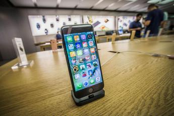Esplode batteria iPhone in Apple Store, un ferito