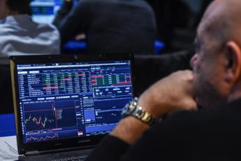 Borse europee in rosso, Milano -2,08%. Tiene Intesa Sp