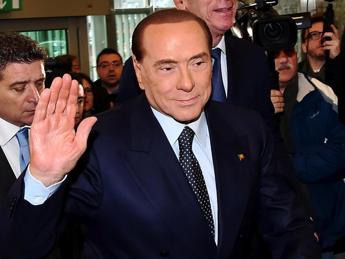 Berlusconi cade durante un comizio