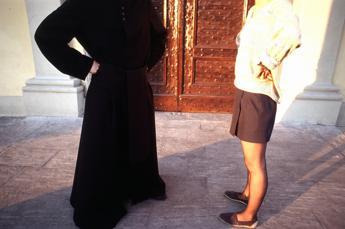 Se ti rifiuti la Madonna ti punisce, le avances del prete esorcista