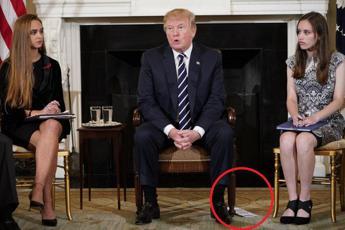 'Vi ascolto', Trump e il biglietto col copione
