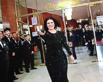 Pausini canta sul red carpet, fan in delirio