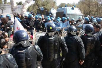 Tap, sassaiola e carica polizia