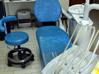 Coronavirus, l'appello: Dentisti si limitino a urgenze