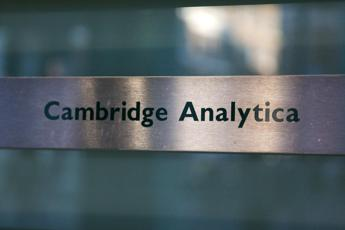 Chiude Cambridge Analytica