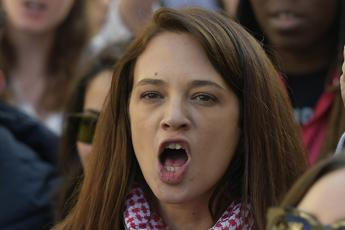Sei una m..., Kompagna sfigata: lite tra Asia Argento e Salvini