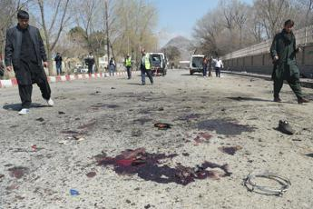 Attentato kamikaze a Kabul: almeno 26 morti vicino all'Università