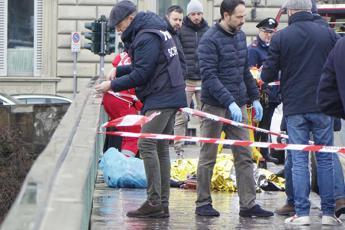 Sit-in per l'omicidio di Firenze, sputi al sindaco