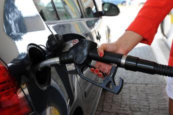 Carburanti, prezzi ancora giù nei prossimi giorni