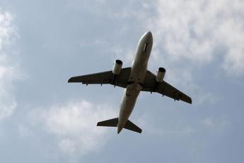 Tragedia in volo, bimba si sente male e muore dopo atterraggio