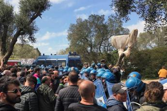 Tap, nuove barricate e scontri