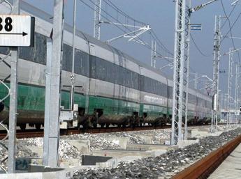 Frana sui binari, treno deraglia a Genova