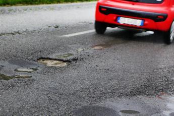 Buche Salaria: 50 auto squarciate