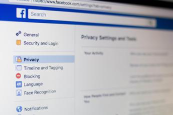 Privacy, Facebook sospende CubeYou