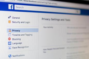 Privacy, Facebook sospende CubeYou