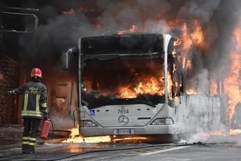 Roma, bus in fiamme nella rimessa