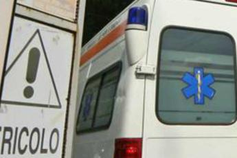 17enne muore in incidente, ambulanza sequestrata per soccorrerlo