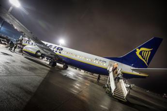 Ryanair, squarcio su un'ala dell'aereo: il volo per Bari torna indietro