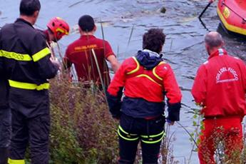 Cade in torrente per fare un video: 20enne muore