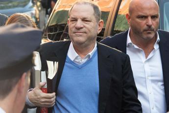 Weinstein arrestato per stupro, paga cauzione ed esce