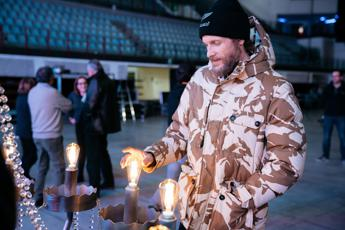 Jovanotti, in beneficenza i lampadari del tour