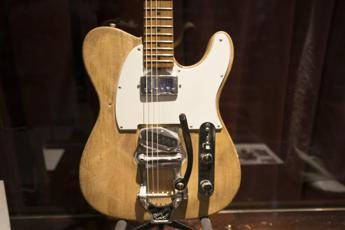 Venduta all'asta la chitarra di Bob Dylan ed Eric Clapton