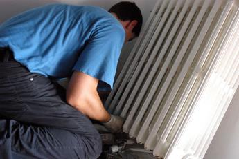L'idraulico non fa la ricevuta, lei lo chiude in casa