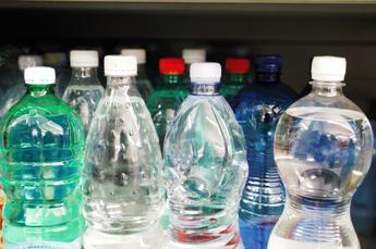 Costa: Vietare bottiglie di plastica in edifici pubblici