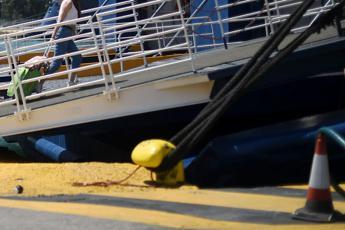 Tragedia su traghetto, auto cade da ponte: un morto