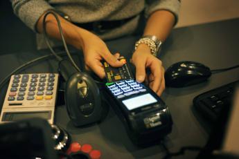 Bancomat o carta di credito, 'rimborsi' per chi paga così