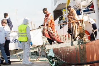 Migranti soccorsi sbarcano a Crotone