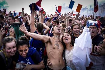 Déjà Blue, il mondo celebra la Francia