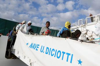 Migrants let off Italian coastguard ship after Mattarella intervenes
