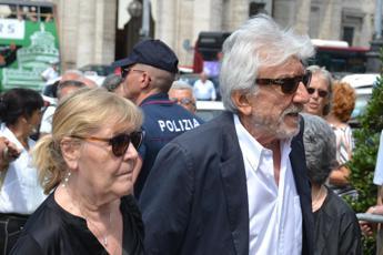 Ultimo saluto a Carlo Vanzina, folla ai funerali