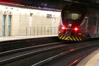 Guasto al treno, passeggeri a piedi sui binari