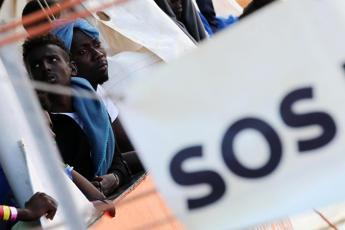 Migranti, Ue apre all'Italia