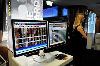 Borse europee avviano in rosso, a Piazza Affari banche corrono su spread