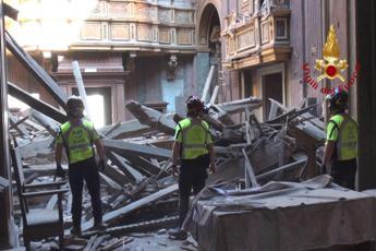 Paura a Roma, crolla tetto di chiesa in centro