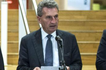 Oettinger: Manovra incompatibile con impegni Ue