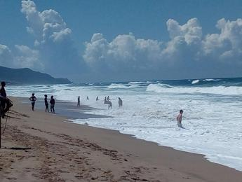 Bagnino salva 6 persone dal mare in burrasca
