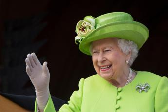 La regina è stanca, una 'mano finta' l'aiuta a salutare?