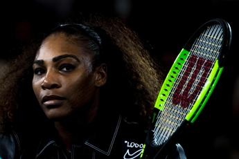 Serena Williams canta in topless