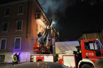 Palazzina in fiamme a Milano
